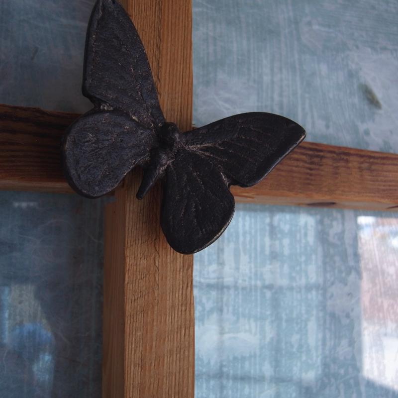部屋の扉には蝶のモチーフ